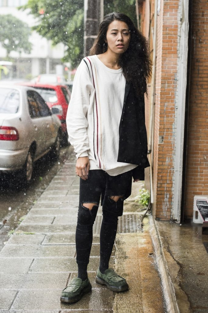 Черные джинсы с дырками