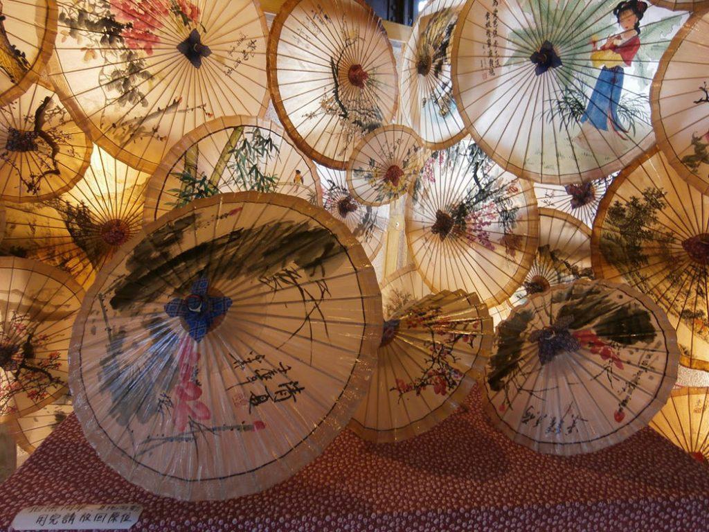 Традиционные китайские бумажные зонтики. Фото с Veganology