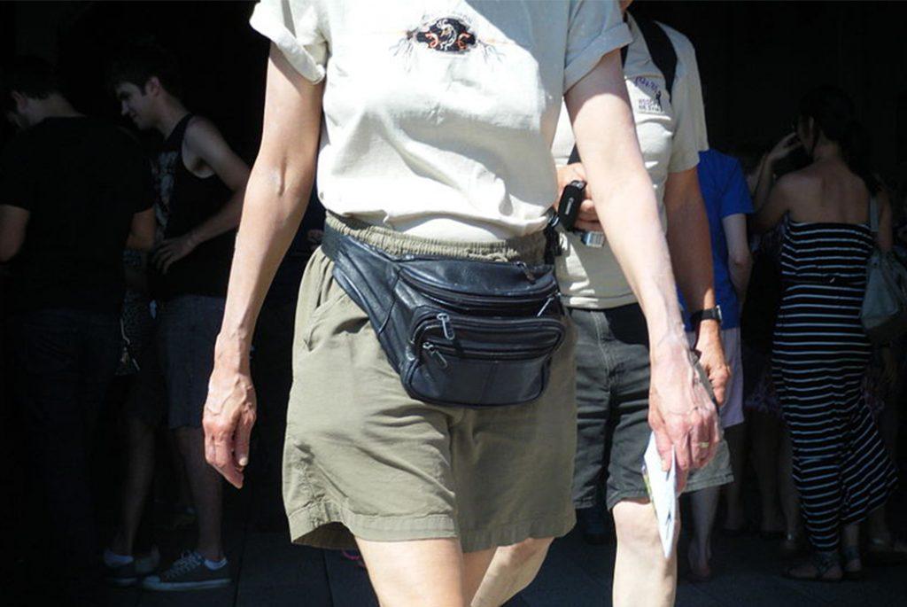 Заметная и стильная фанни-сумка. Изображение с Википедии.
