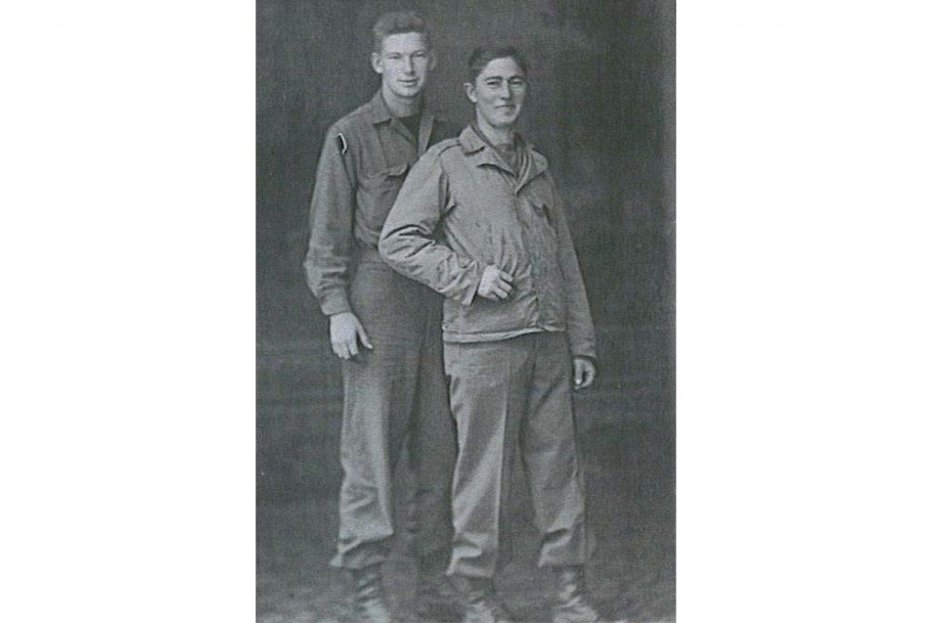 Солдат справа носит М-1941. Изображение c Wix.com