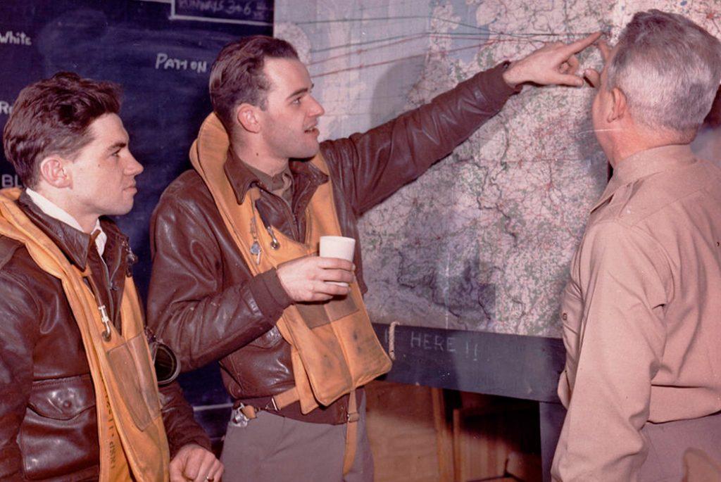 Куртки A-2 и спасательные жилеты на пилотах. Изображение с WYSO.