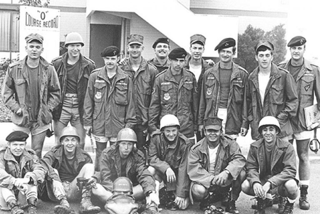 Парни в куртках M-65, и нисколько парней в M-51. Вы можете узнать M-51 по воротнику куртки, в то время как М-65 имеет более короткий воротник для складного капюшона.