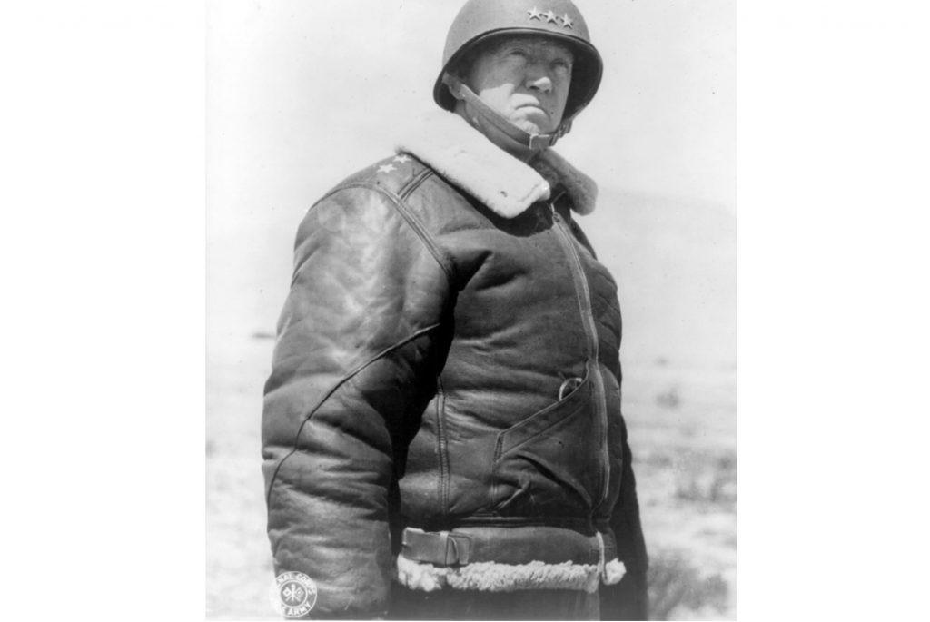 Генерал Джордж С. Паттон в куртке B-3 в 1943 году. Изображение из Библиотеки Конгресса США.
