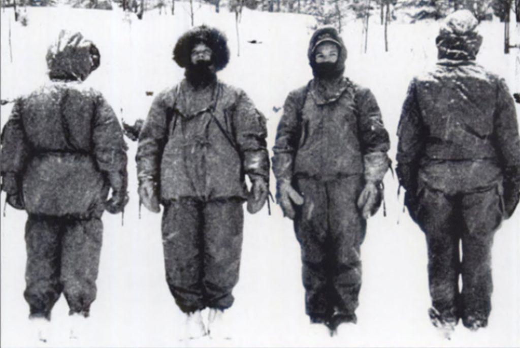 Арктическое снаряжение с меховой подкладкой, проверяется персоналом в армейских лабораториях Natick, Бостон, Массачусетс, 1940-е годы.
