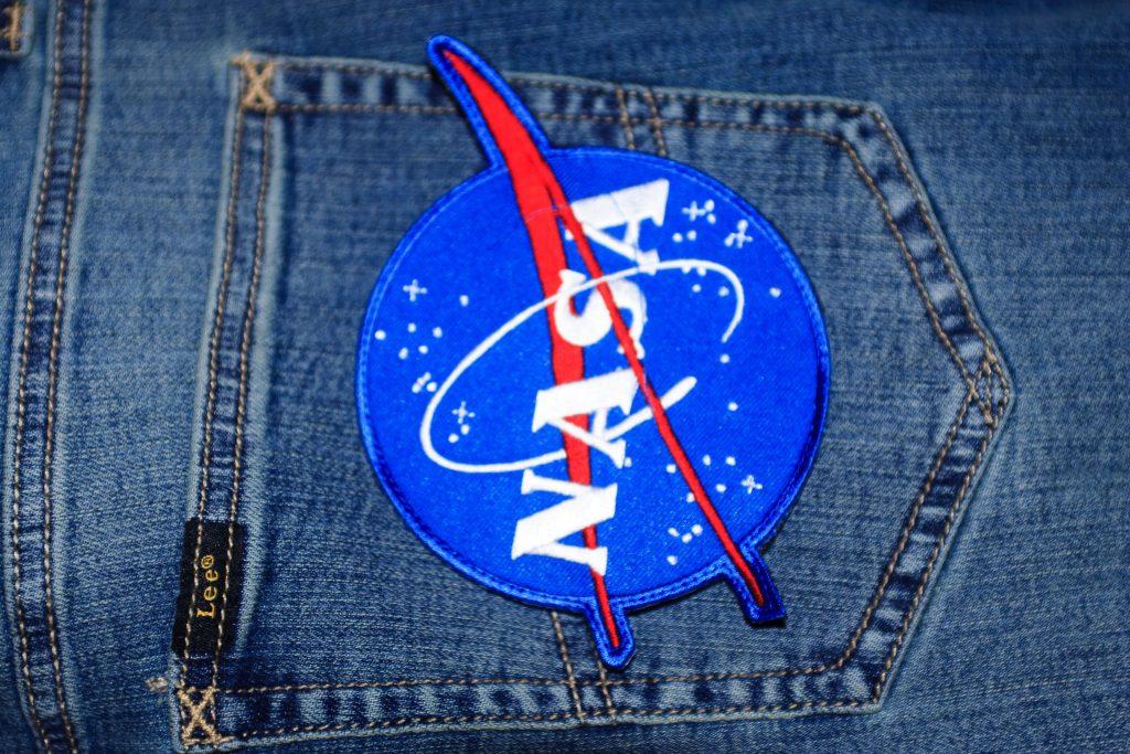 Нашивка Nasa на заднем кармане джинсов Lee
