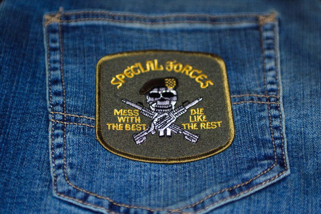 Использование нашивок Rothco для украшения джинсовой одежды