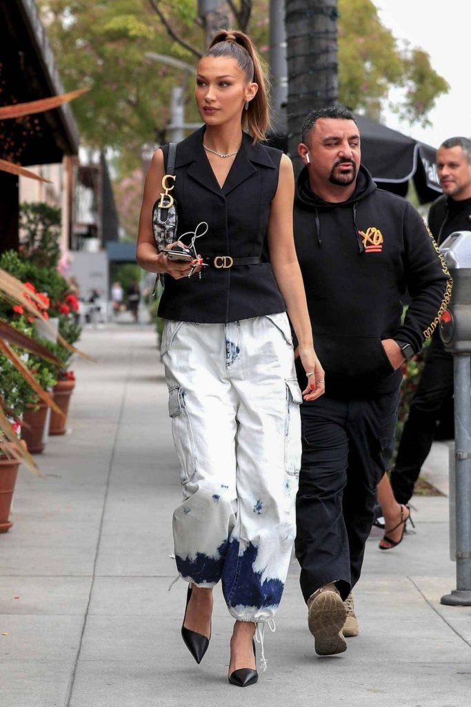 Белла Хадид продемонстрировала шикарный образ в джинсах Tie Dye Cargo Jeans от Dior