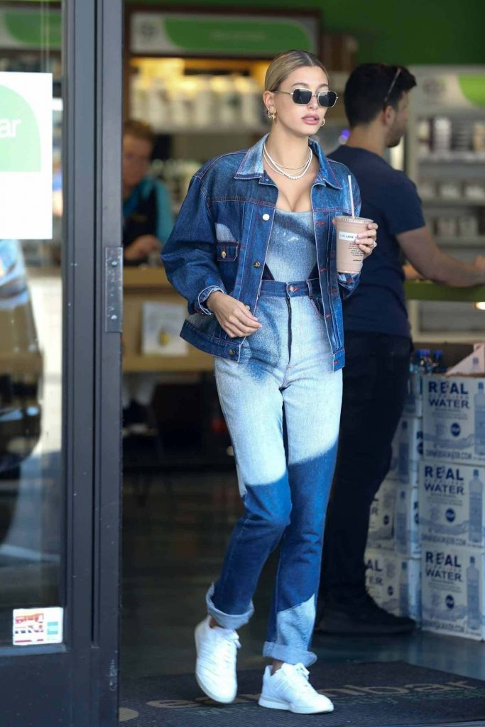 Хейли Болдуин Бибер в  винтажной джинсовой одежде от Vivienne Westwood