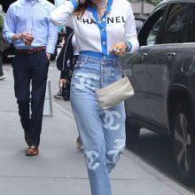 Белла Торн появилась в сделанных на заказ джинсах от Chanel Levi's