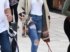Дженнифер Лопес в рваных джинсах скинни