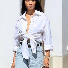 Шанина Шайк в джинсовых шортах бермудах